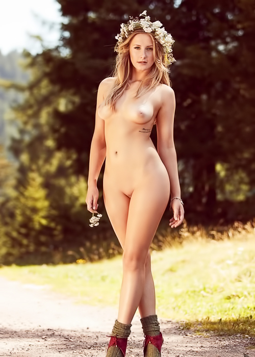 Nature loving blonde outdoor strip