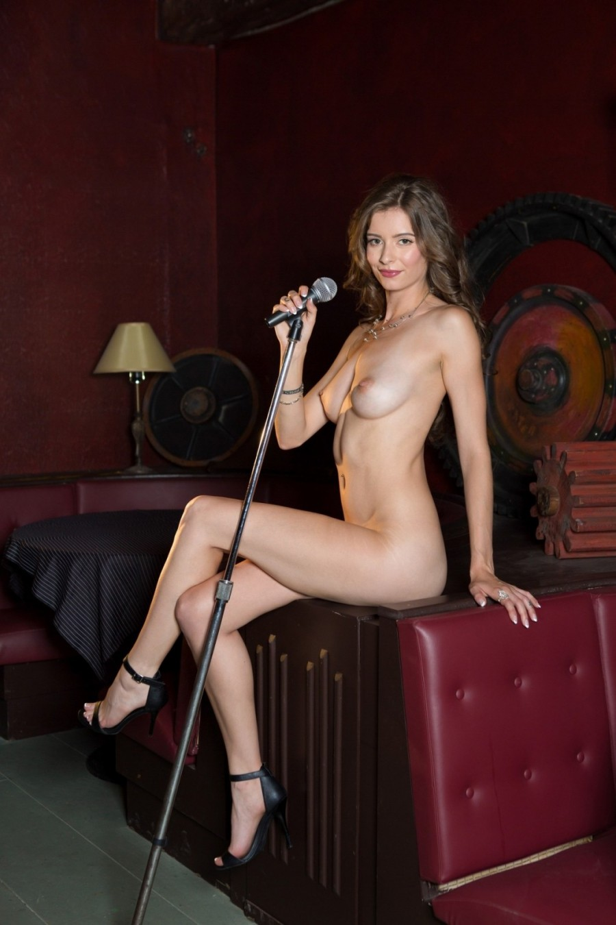 Naked hottie gives a solo performance