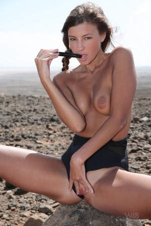 Toying her pussy out in the desert