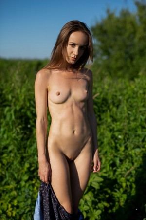 Cutie takes off dress in the field