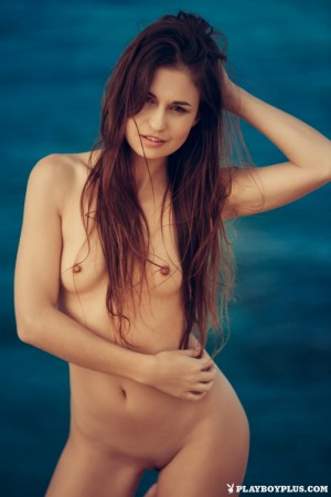 Naked babe swims in the warm sea on camera