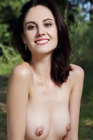 Picnicing cutie takes her swimsuit off to relax naked