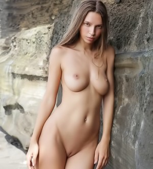 Model with perfect body gets naked at the beach